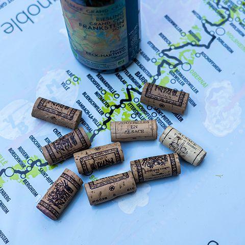 carte d'alsace et bouchons de vin